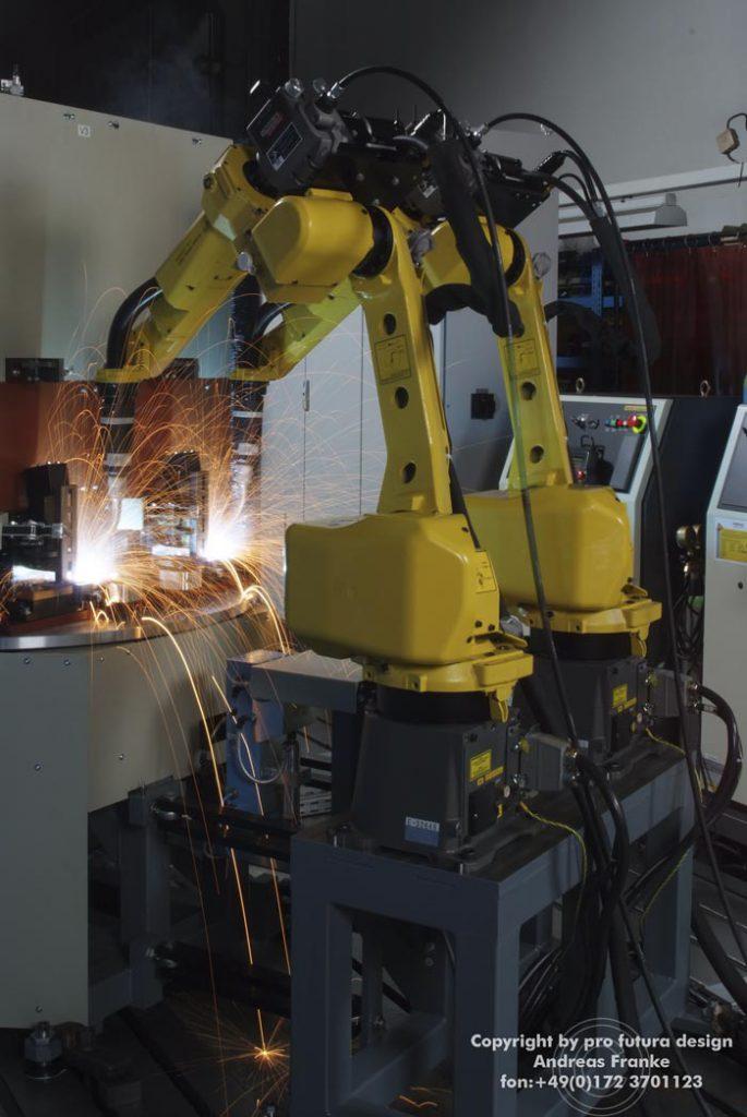 Schweißroboter-industriehalle-foto